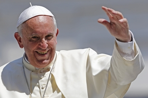 Pope Francis waves after leading his weekly general audience at St. Peter's Square at the Vatican June 11, 2014. REUTERS/Giampiero Sposito (VATICAN - Tags: RELIGION)