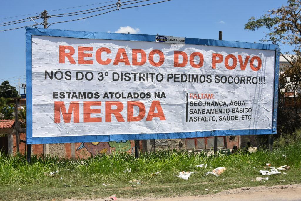 Outdoor que retrata a indignação dos moradores. Foto: Fabill Souza/Hora H