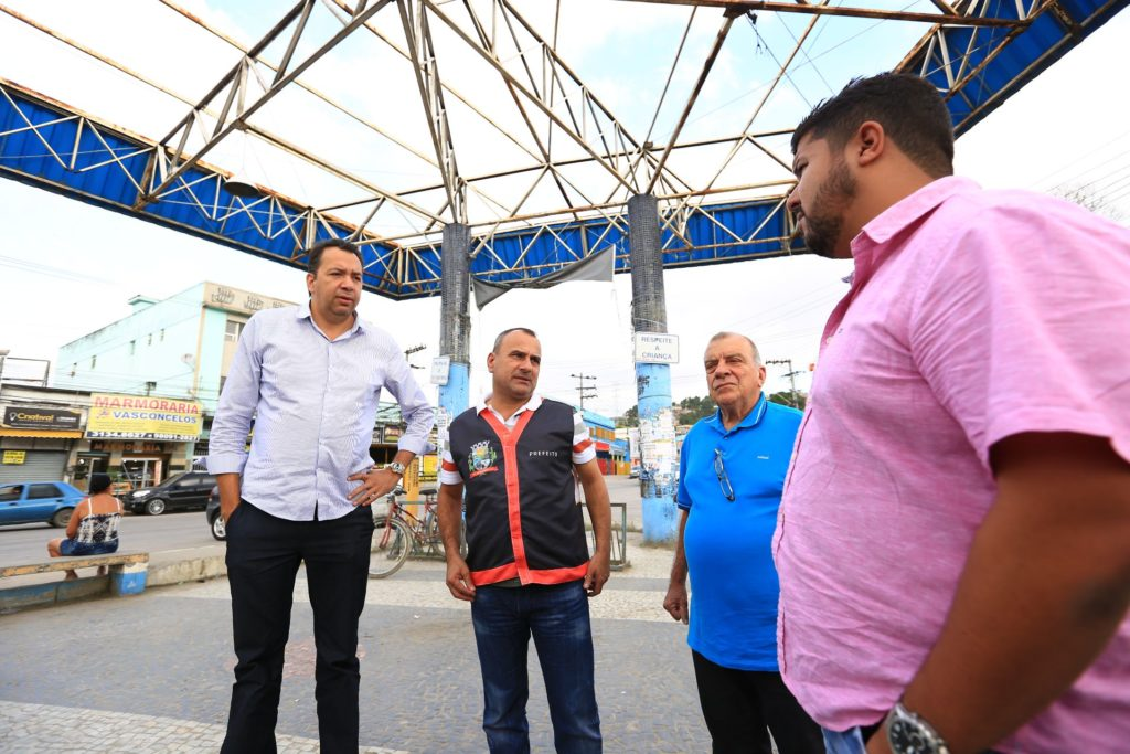 O prefeito Waguinho ao lado do secretário Márcio Canella, durante visita a rodoviária