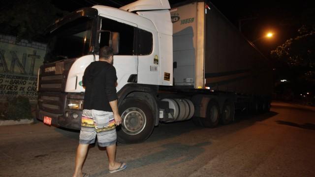 68123778_ririo-de-janeiro-rj-02-06-2017bandidos-tentam-roubar-carga-de-caminhao-e-fazem-motor