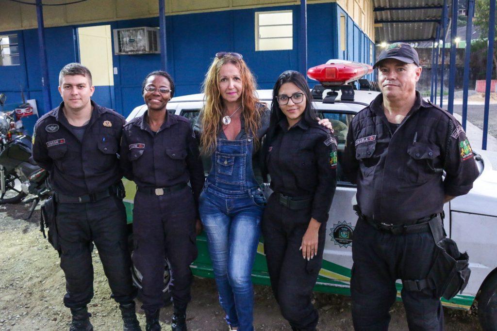 Foto de Paulo Tauil/PMM.   Paulinha Única posa com agentes da Guarda Municipal de Mesquita