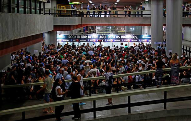 LINS6795 - RIO DE JANEIRO - RJ 13/09/2017 - ROCK IN RIO / FILA - CADERNO 2  OE - Filas enormes na Estação do Metrô da Carioca no centro do Rio de Janeiro nesta manhã de quarta - feira (13), para retirada de ingressos comprados pela internet.  FOTO FABIO MOTTA/ESTADÃO