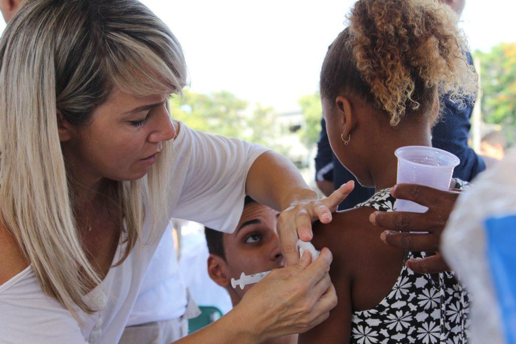 Criança recebe dose da vacina contra febre amarela