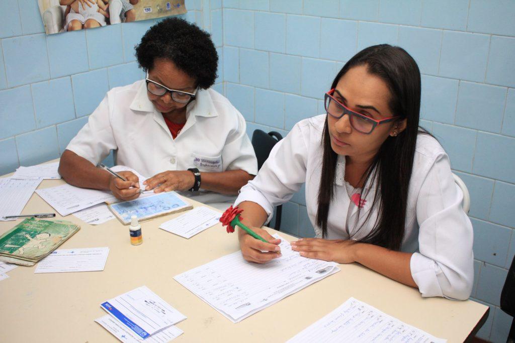 Funcionárias fazem triagem antes da vacinação