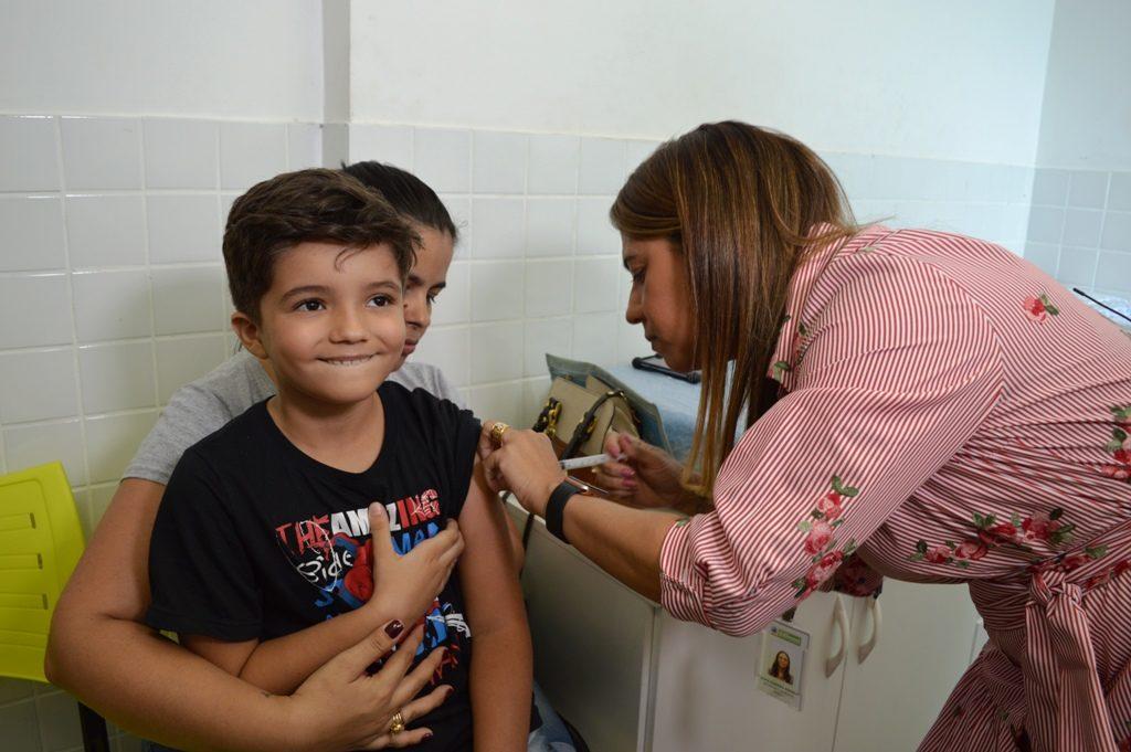 Secretária de Saúde aplicando a vacina- Thiago Loureiro (3)