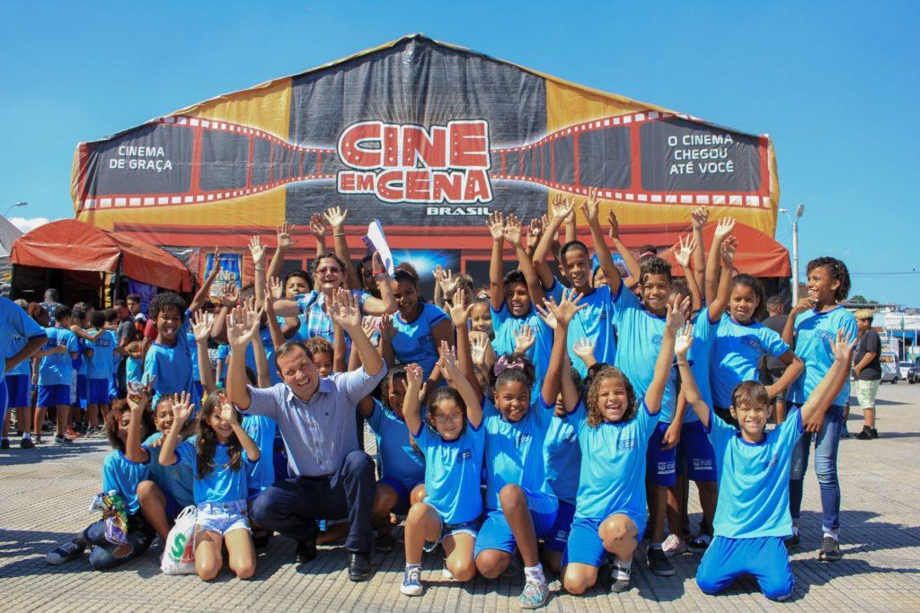 O secretário de Educação, Bruno Correia, com alunos na praça - SJM