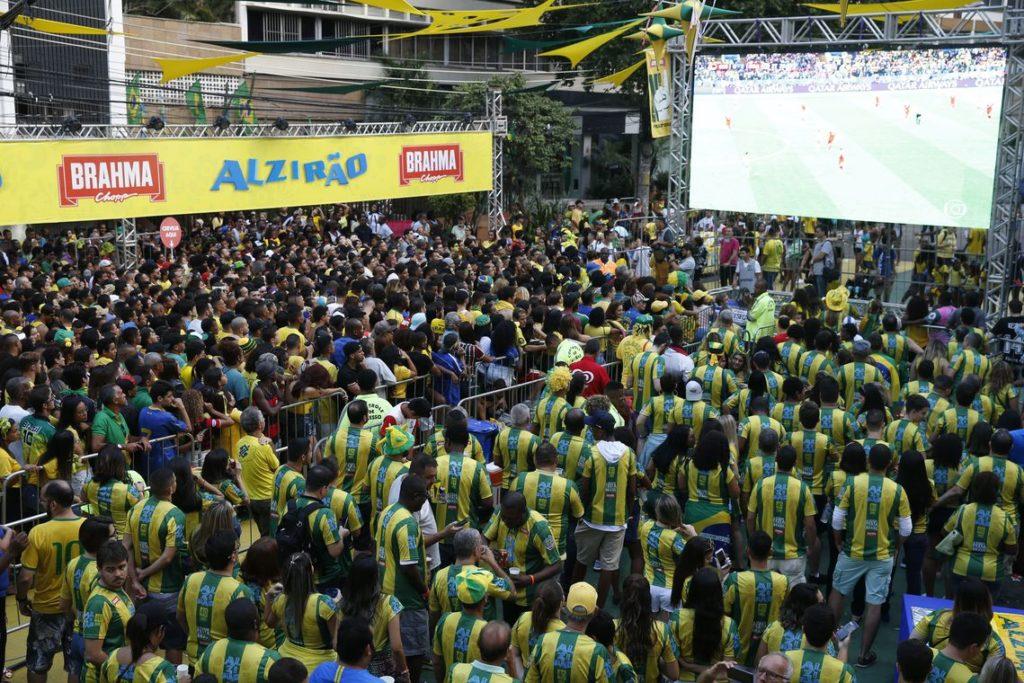 Torcedores comemoram vitória do Brasil contra a Sérvia, na terceira rodada da Copa do Mundo da Rússia 2018, no Alzirão.
