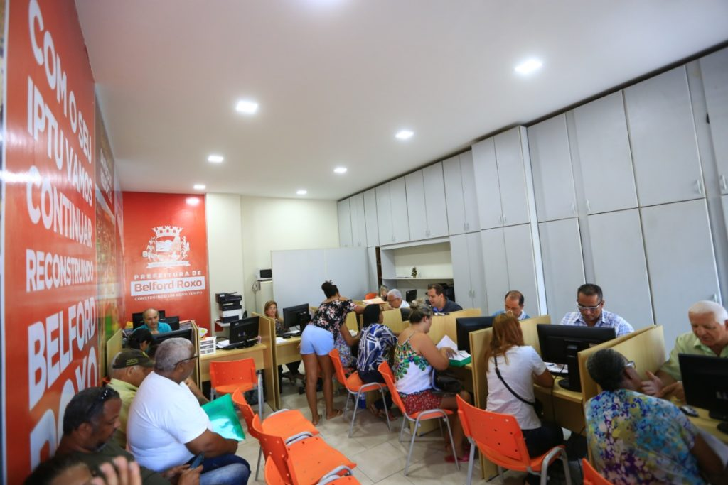 Contribuintes durante atendimento no setor da Prefeitura/Rafael Barreto/Divulgaçãop/PMBR