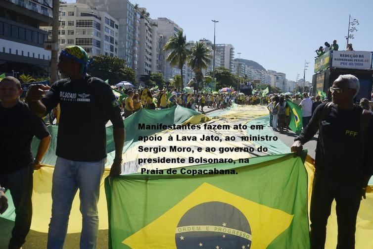 Manifestantes fazem ato em apoio à Lava Jato, ao ministro Sergio Moro, e ao governo do presidente Jair Bolsonaro, na Praia de Copacabana, na zona sul do Rio de Janeiro.