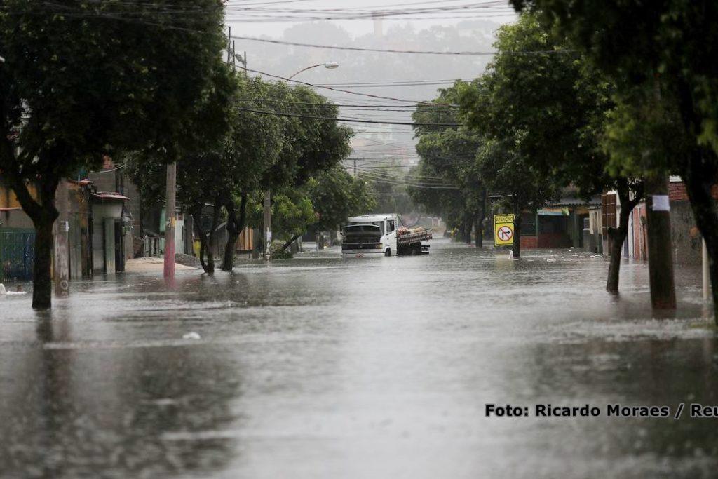 Caminhão preso em uma rua alagada durante as fortes chuvas no Rio de Janeiro.