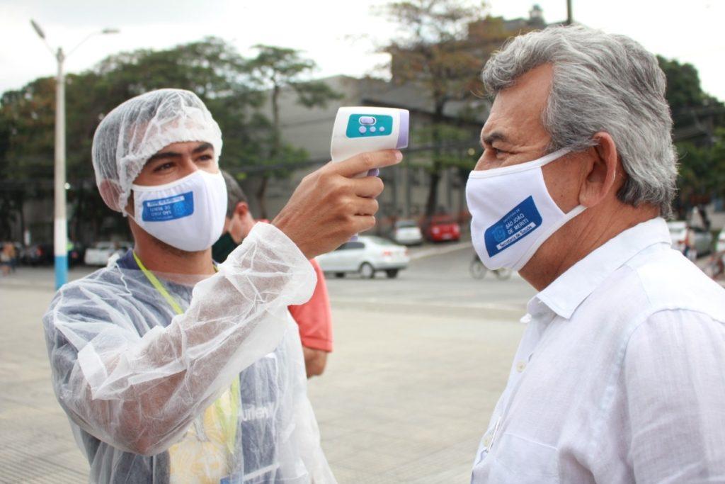 Meriti-01 - Prefeito Dr. João aferindo a temperatura no mutirão