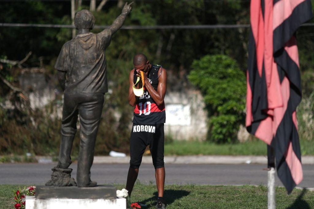 Centro de treinamento presidente George Helal, conhecido com Ninho do Urubu, é utilizado pela equipe de futebol do Flamengo. Foto um torcedor do Flamengo em frente ao centro de treinamento do clube, após um incêndio.
