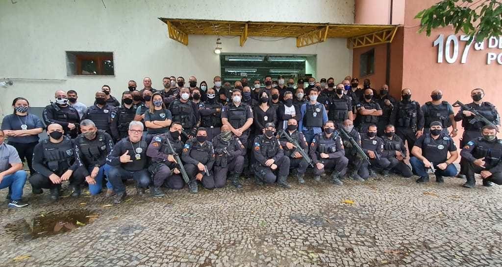 Participam da operação cerca de cem policiais. Há apoio de equipes das delegacias de Três Rios, Petrópolis, Itaipava e 7º Departamento de Polícia de Área (DPA), além de policiais militares do 26º BPM (Petrópolis), do 11º BPM (Nova Friburgo), do 30º BPM (Teresópolis) e do 7º Comando de Policiamento de Área (CPA).