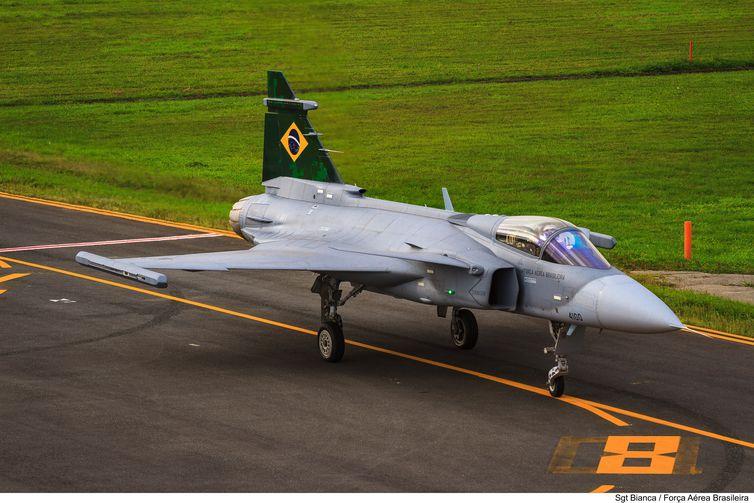 Caça Gripen E, adquirido na Suécia, faz seu primeiro voo no Brasil