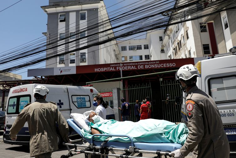 A patient is carried on a stretcher during a fire at the federal hospital of Bonsucesso in the north zone of Rio de Janeiro, Brazil, October 27, 2020. REUTERS/Ricardo Moraes