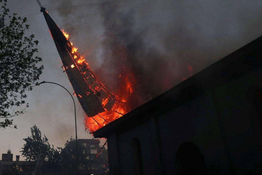 Protesto contra o governo do Chile durante o aniversário de um ano em Santiago dos protestos e tumultos em 2019