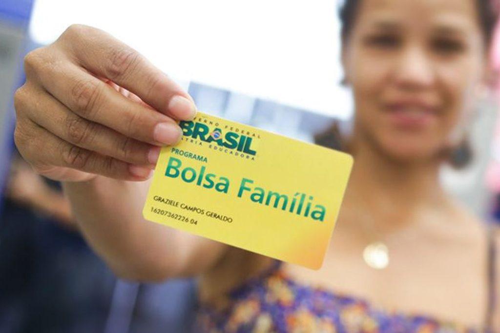 Beneficiários sacando o Bolsa Família na agência da Caixa Econômica, em Sobradinho. Brasília/DF 30/05/2017. Foto: Rafael Zart/ASCOM/MDSA