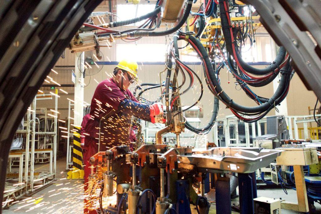 Um funcionário trabalha na linha de produção de uma fábrica da montadora chinesa JAC Motors em Weifang, província de Shandong, China em 28 de fevereiro de 2019