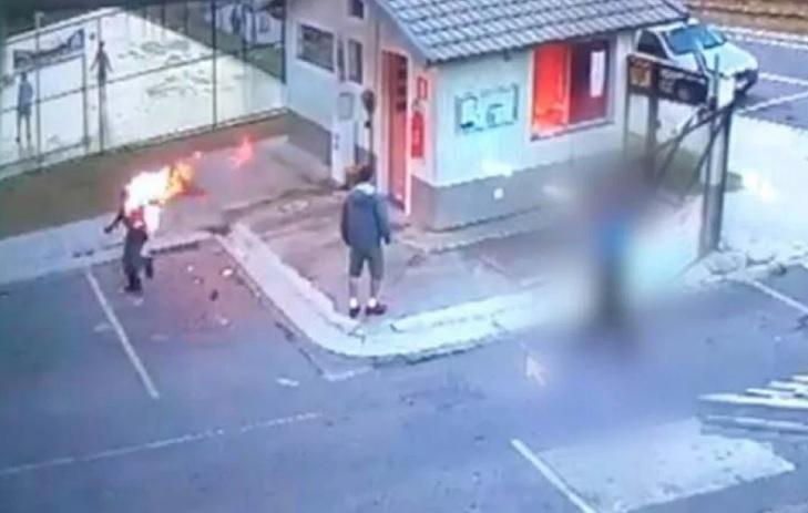 Imagem de câmera de segurança mostra momento em que Jefferson, em chamas, corre desesperado/Reprodução