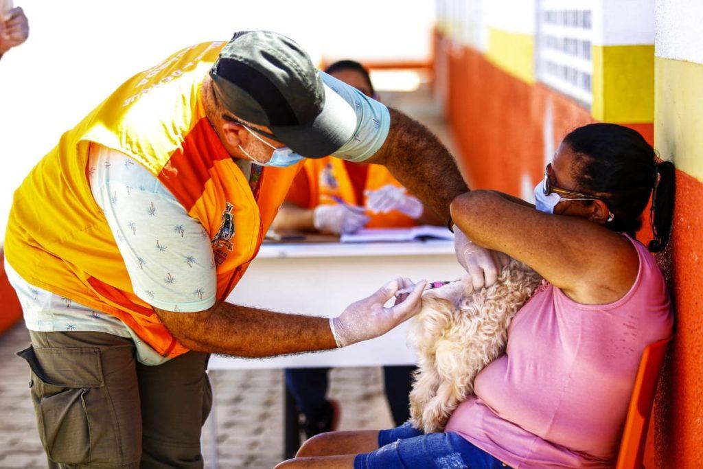 A aposentada Carmelita Alves levou a cadela Gabi para vacinar, juntamente com o cachorro Bial/Rafael Barreto/PMBR