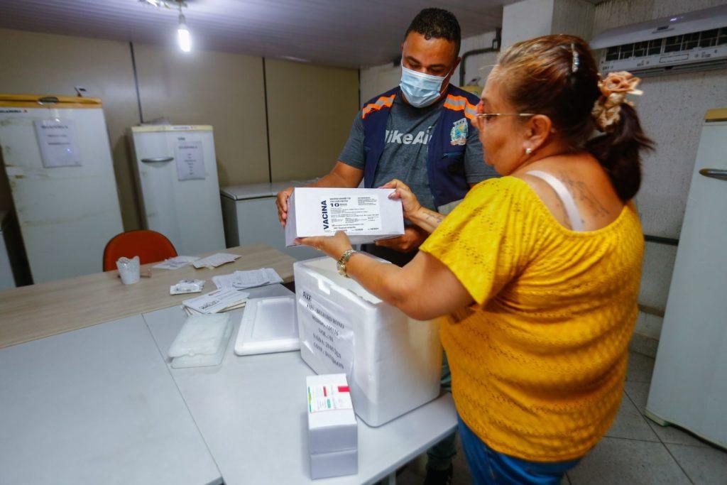 As doses da vacina Oxford/AstraZeneca serão utilizadas na imunização das pessoas incluídas na primeira fase/Rafael Barreto/PMBR