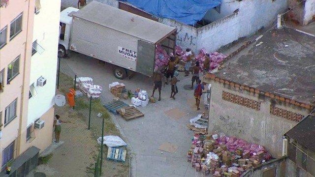 O caminhão sendo saqueado na Furquim Mendes/Reprodução