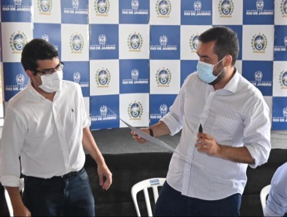 Cláudio Castro assina decreto que será acompanhado pelo secretário Marcelo Queiroz RJPET/Divulgação/Governo do Estado
