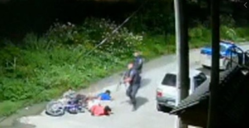 Imagens de câmera de segurança desmentem versão dos policiais/Reprodução