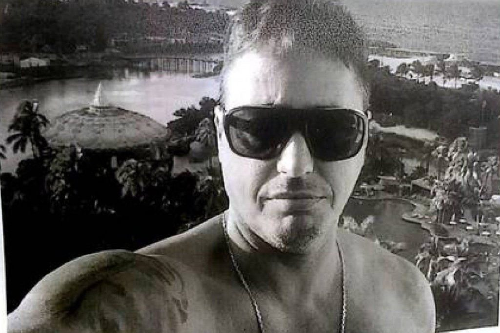 O ex-policial militar Adriano Maciel de Souza estava em um carro blindado que teve a lataria perfurada pelos tiros de fuzil e ficou ferido/Reprodução/Rede social