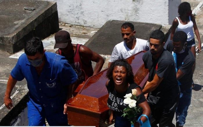 Amigos e familiares se despedem de Fabíola Rodrigues no Cemitério do Catumbi/Luciano Belford / Agência O Dia