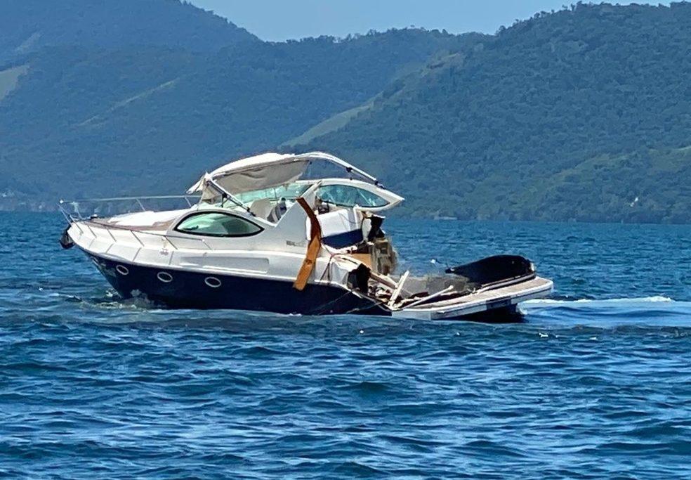 Lancha ficou parcialmente destruída em acidente em Angra. A outra embarcação afundou/Reprodução