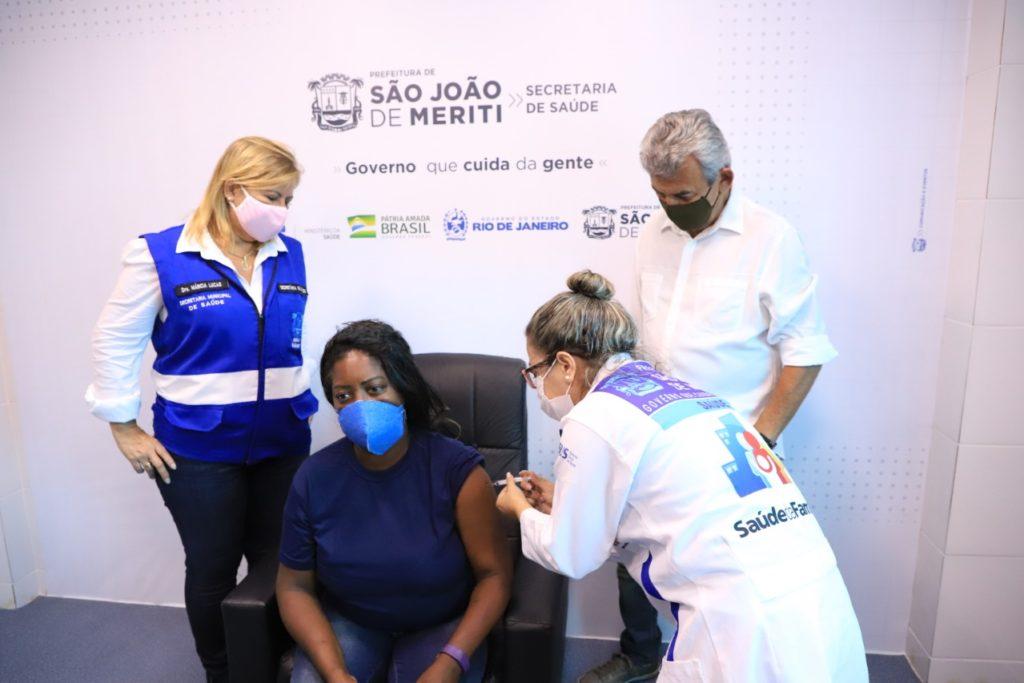 A secretária Municipal de Saúde, Marcia Lucas. a auxiliar de serviços gerais Lucilene Quintino e o prefeito Dr. João/Divulgação