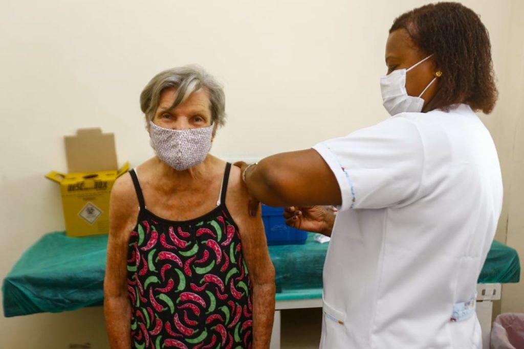 Marieta da Silva, 94 anos, foi vacinada na Policlínica Neuza Brizola/Rafael Barreto/PMBR
