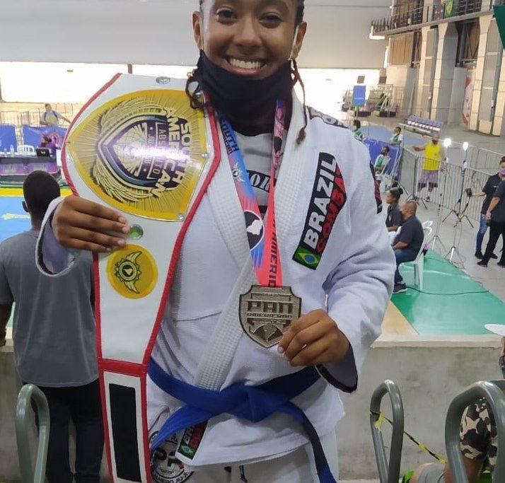 Kelly Glaucielle conquistou o cinturão de peso absoluto e medalha de prata/Divulgação