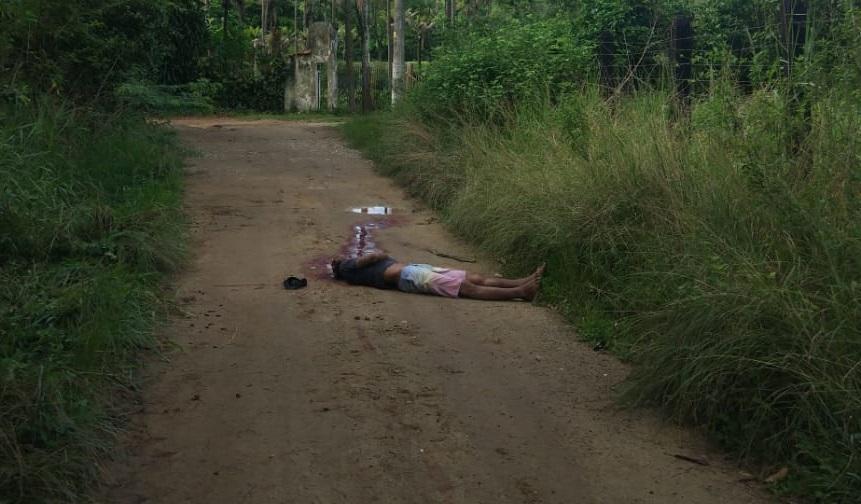 Cadáver encontrado na Estrada Carlos Sampaio, em Nova Iguaçu/Reprodução