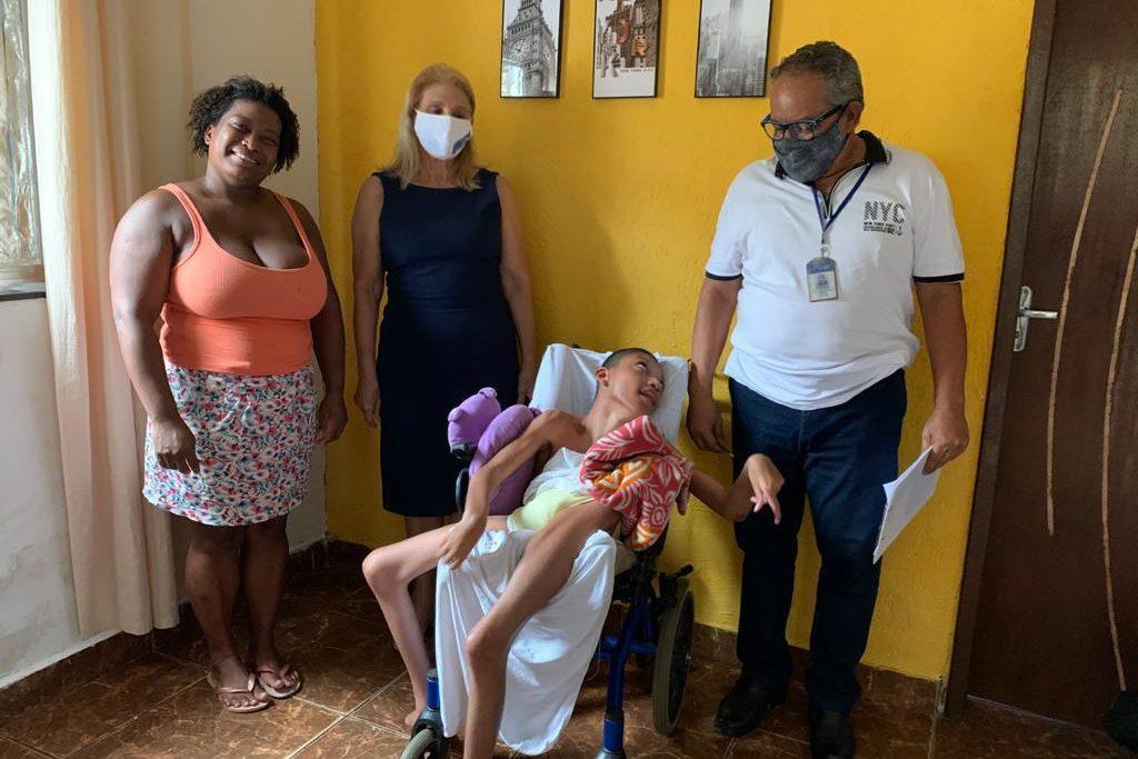 Luiz Felipe Nascimento, de 15 anos, portador de necessidades especiais recebeu a visita da secretária de Assistência Social, Almerinda de Carvalho, e o psicólogo do CRAS, Eden Otávio Mangabeira/Divulgação/PMSJM