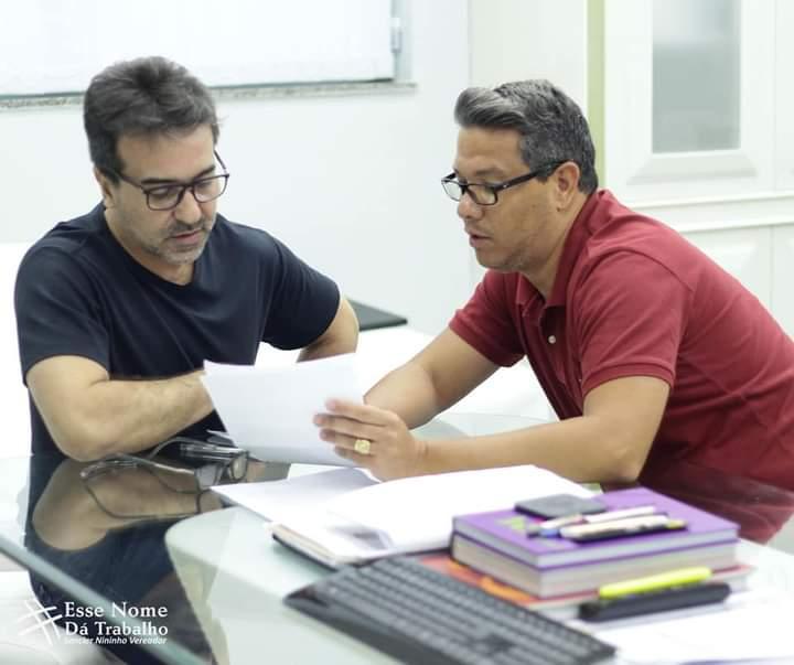 Prefeito Jorge Miranda e vereador Sancler conversam sobre o pedido/Divulgação