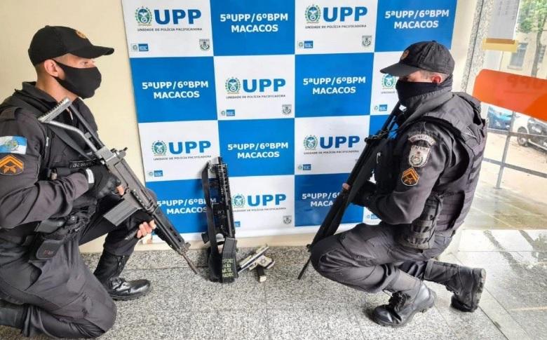 Os policiais apreenderam um fuzil que estava com o bandido/Divulgação/PMERJ