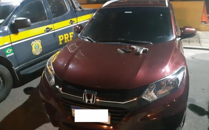 Agentes encontraram arma e munições no interior do veículo/Divulgação/PRF