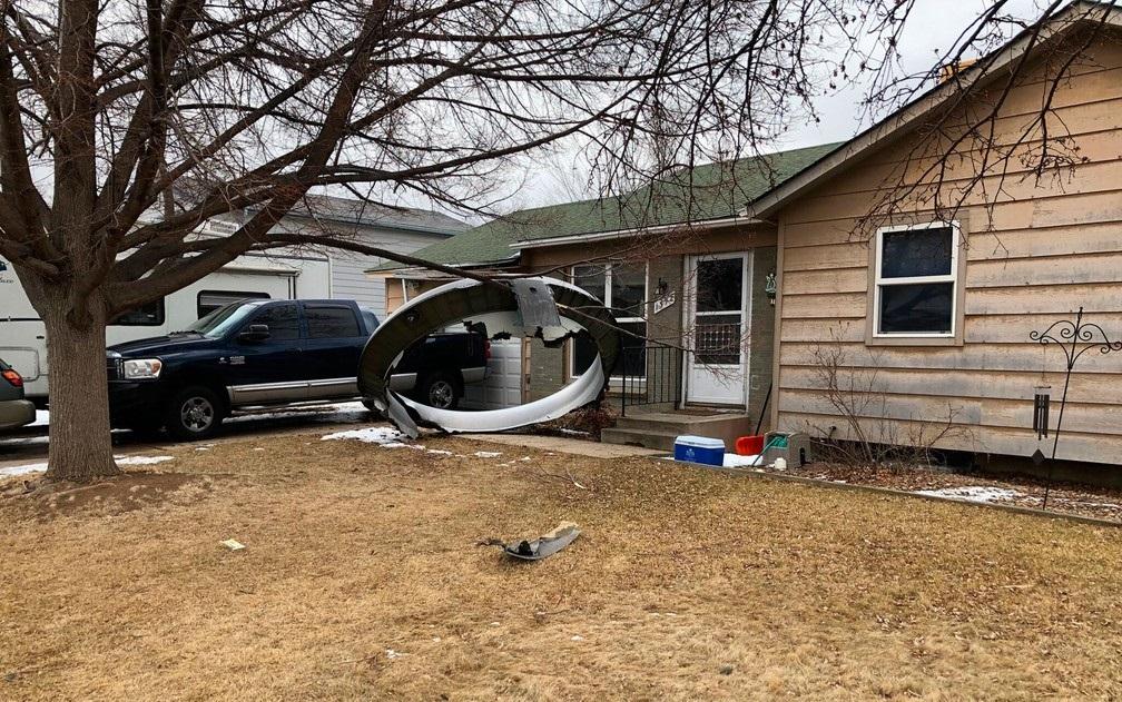 Destroços de avião que caíram em subúrbio em Denver, no último sábado/Broomfield Police Department via AP