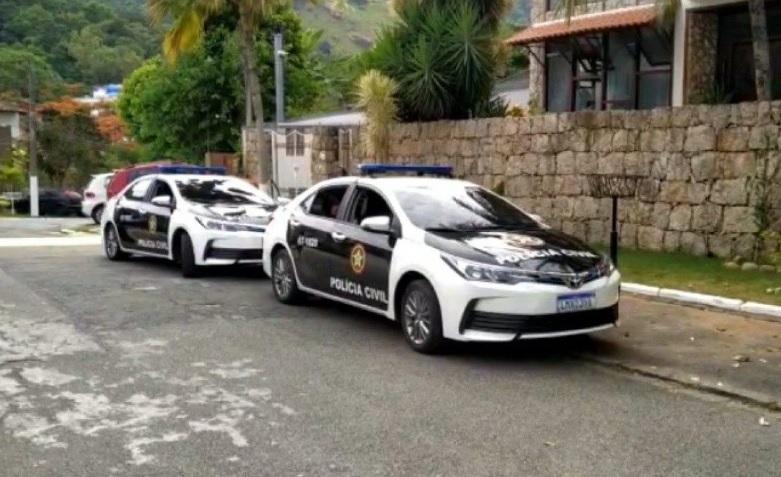 Viaturas no endereço de um dos alvos da operação/Divulgação/Polícia Civil