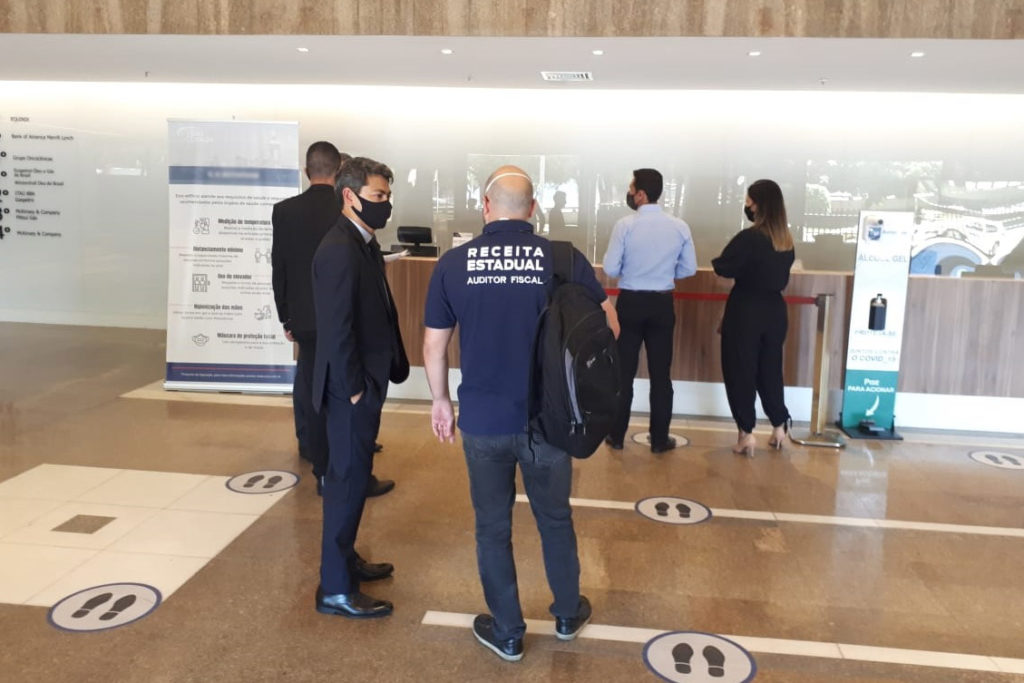 Auditores trabalham para identificar empresas suspeitas de simular operações/Divulgação