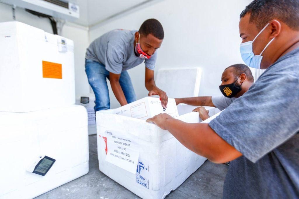 Funcionários da Prefeitura recebem as doses de vacina no aeroclube de Nova Iguaçu/Rafael Barreto/PMBR