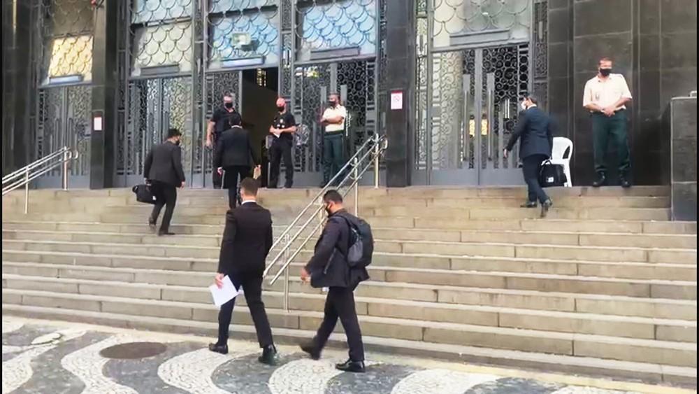 Policiais federais e membros do MPF cumprem mandado na sede do TRT-RJ/Reprodução/TV Globo
