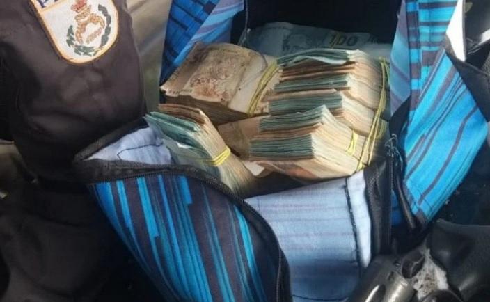A quantia de R$ 130 mil foram apreendidos pelos policiais/Divulgação