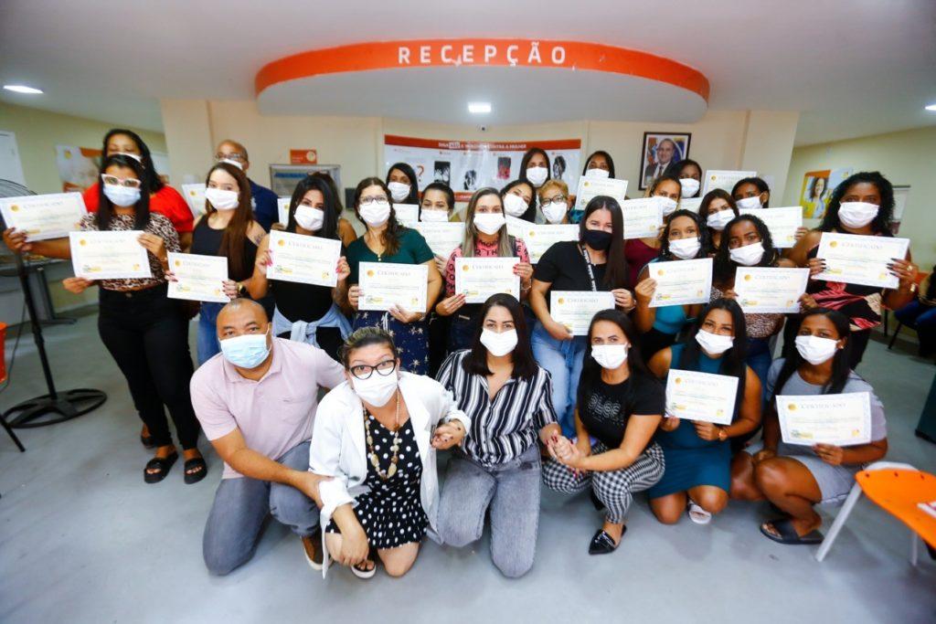 Funcionários da Clínica da Mulher tiveram oito horas de curso e receberam certificado/Rafael Barreto/PMBR