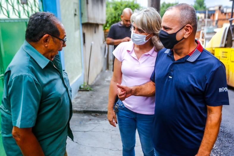 O prefeito Waguinho e vereadora Regina do Valtinho conversam com moradores/Rafael Barreto/PMBR