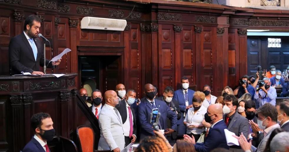 Cláudio Castro (PSC) é observado por deputados, na Alerj na abertura do ano legislativo, em 2 de fevereiro/Philippe Lima/Divulgação/Governo do Estado