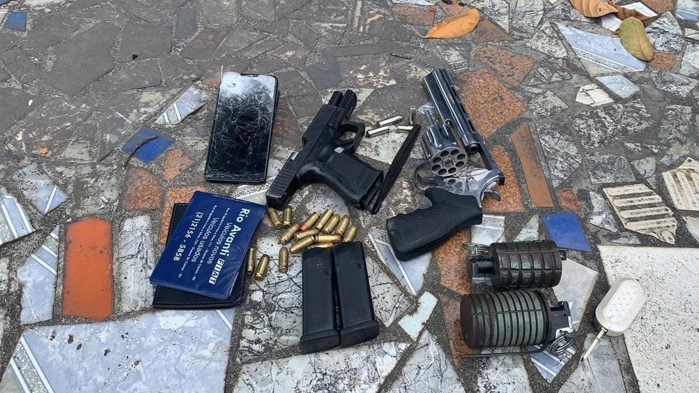 Na ação foram apreendidos um revólver; uma pistola; duas granadas e dois carros/Divulgação