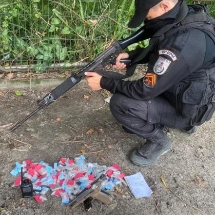 Os policiais apreenderam uma pistola, radiotransmissor e drogas/Divulgação